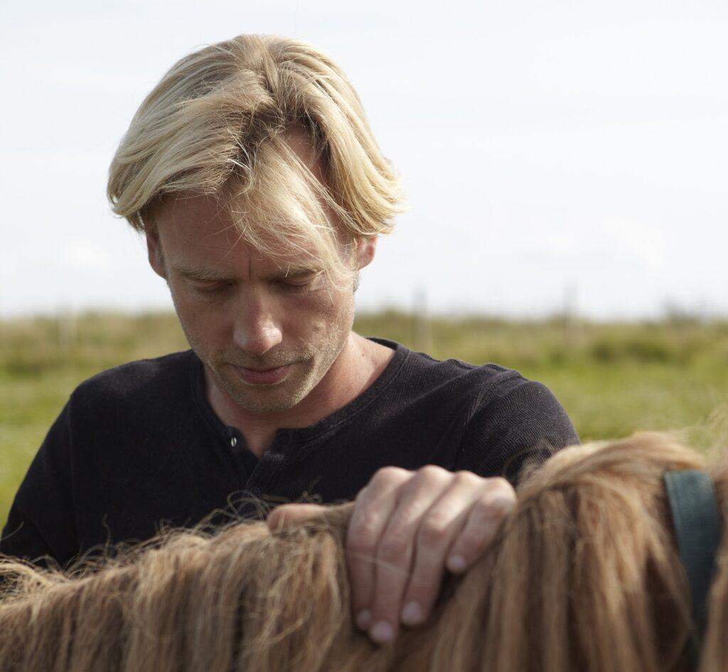 Kontakten mellem hest, klient og rideterapeut beskrives og øve