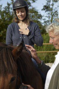 Der arbejdes med balance i nervesystemet, fordybelse og hjertekontakt, alene og i samspil med hest