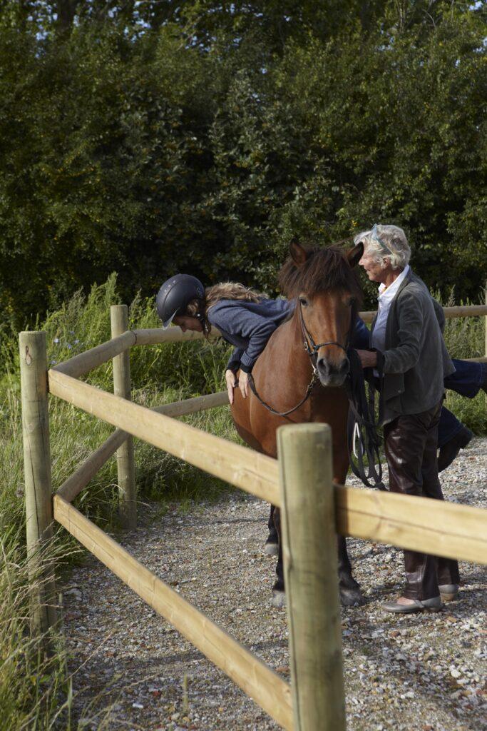 Rideterapeuten skal kunne etablere et tillidsforhold mellem sig selv og hesten